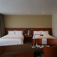ベッドサイドは狭いが部屋自体は広い