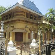 コロンボでも最大級の寺院の一つで、ベイラ湖に浮かぶジェフリー・バワ設計のシーマ・マラカヤ寺院も運営しています。