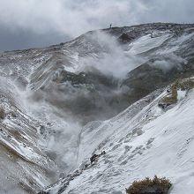 山の斜面から白煙が吹き出ています