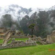荘厳な山々と遺跡