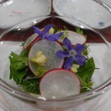 花と野菜のサラダ