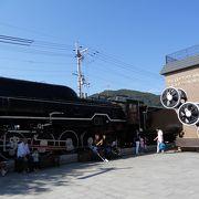 嵯峨嵐山駅前に建っています