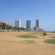 コロンボ国際空港へ向かう途中に立ち寄りました。海岸沿いにある芝生の広いエリアですが、大勢の人々が凧揚げをしていました。