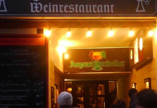 地元の人で賑わっているレストラン