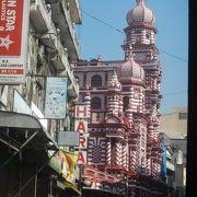 コロンボから空港へ向かう途中で赤と白のストライプ模様が目をひくモスクを見かけました。