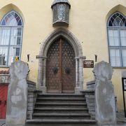 聖霊教会の前にある大ギルドの会館