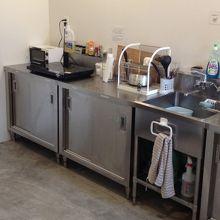 キッチンはステンレスでお店の厨房のようでした