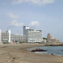 大洗海岸に面して建つホテルです