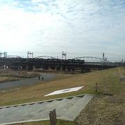 対岸の梅田のビル群等を見ながらのんびりできます
