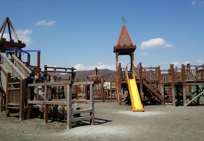 木製遊具が楽しい公園