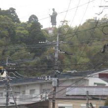 山の上に弘法大使がいます。