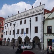 白いルネサンス様式の建物