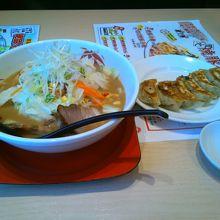 餃子と味噌ラーメンの定食