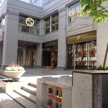 76b130b5825f 表参道駅からすぐのところにあるグッチの路面店です。この辺はブランドストリートといっても過言ではないくらい高級ブランドが立ち並んでいます。