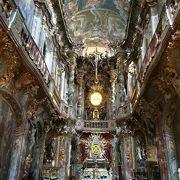 内装が独特の雰囲気のある教会