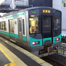 敦賀駅に停車している小浜線の列車。