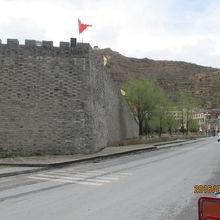 成都と九寨溝を結ぶ主要道路に沿って松藩古城の城壁。