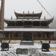黄龍後寺(仏教)と黄龍中寺(道教)の二つがあり仏教と道教が融合した宗教文化です。
