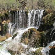 幾筋もの滝が流れ落ちています。