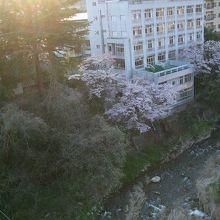 渓谷沿いに、穴原温泉や飯坂温泉があります、