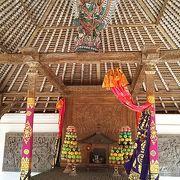 神鳥ガルーダを祀る祭壇を中心に据える