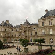 大きな庭園を持つ宮殿