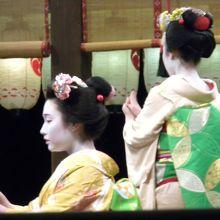 八坂神社での舞妓さんの奉納の舞