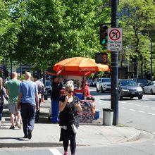 交差点の歩道に出店