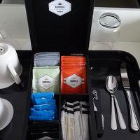 コーヒー、デカフェ、紅茶が数種類で冷蔵庫にミルクも有り