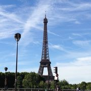 パリの街にとけこむエッフェルタワー