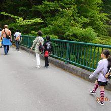 橋の上は普通のアスファルト。