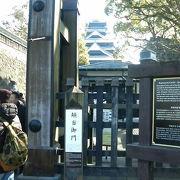 熊本城の西側、飲食店などが並ぶ「桜の馬場」に近い門です