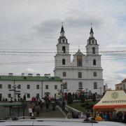 周囲も含め多くの観光客で賑わっていた聖霊大聖堂