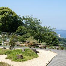 スタートは日本庭園。海をバックにした美しい風景。