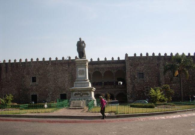 ディエゴ・リベラの巨大な壁画が見れる