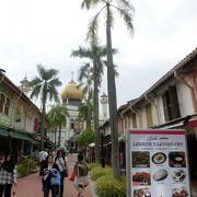 椰子の木陰もある歩行者専用のショッピングストリート