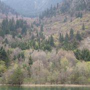 渇水期でも水を湛えた美しい湖です。