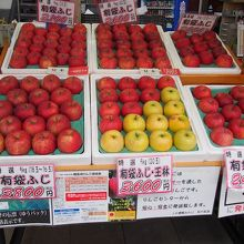 りんごも販売されています