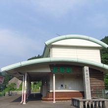 まわりの風景には似合わない駅舎デザインかな