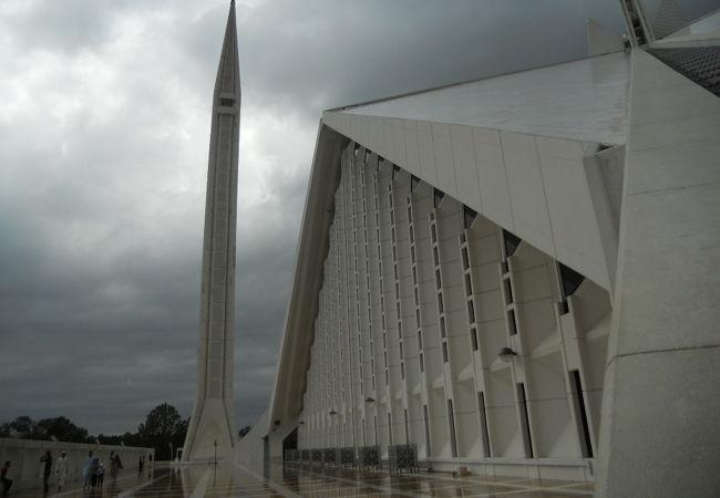 イスラマバードにそびえ立つモスク