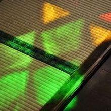 畳に映るステンドグラスの光。