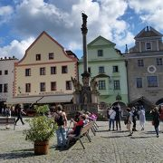 広場の中心にある塔