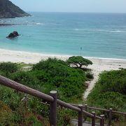渡嘉敷島南部の林道を抜けると、大海原が見えて来ます。