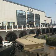 大きなモダンなビル駅です。