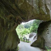 ごつい石の門