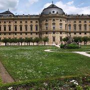 建物の中も庭園も大きく素敵です!