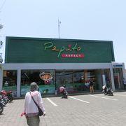 小さいスーパーのような店もチョコチョコあります