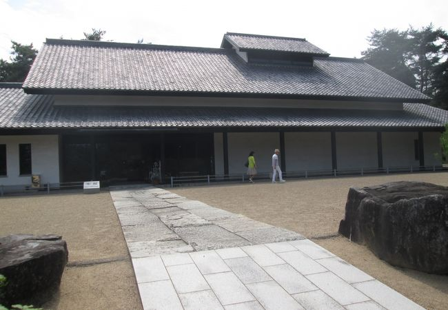 広い敷地の中にある陶磁美術館
