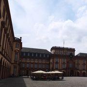 バロック様式の大きい宮殿
