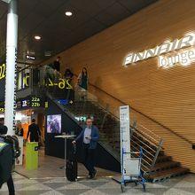 シェンゲン内ラウンジ入口。きれいですが、かなり混んでました。